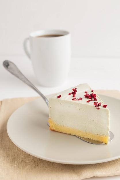 Gâteau au fromage au thé vert matcha sur fond blanc Photo Premium