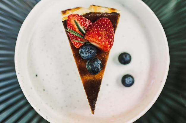 Gâteau Au Fromage Aux Fraises Brûlé Servi Sur Une Assiette Blanche. Photo Premium