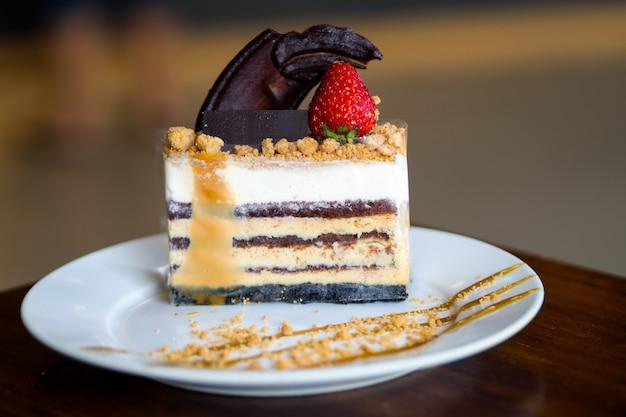 Gâteau au fromage caramel au sel sur table en bois Photo Premium
