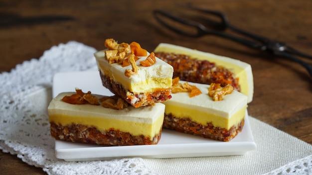 Gâteau au fromage végétalien cru et sain - mangue et ananas, sans gluten, sans lactose Photo Premium