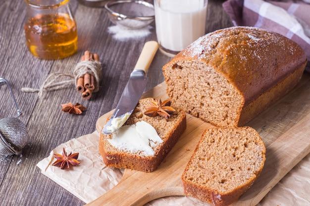 Gâteau au miel épicé avec du sucre en poudre Photo Premium
