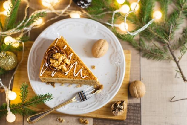 Gâteau Au Miel Fait Maison Avec De La Crème Sure Sur Une Table En Bois Avec Des Raisins Secs Et Des Noix Photo Premium