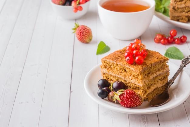Gâteau au miel avec fraises, menthe et cassis Photo Premium