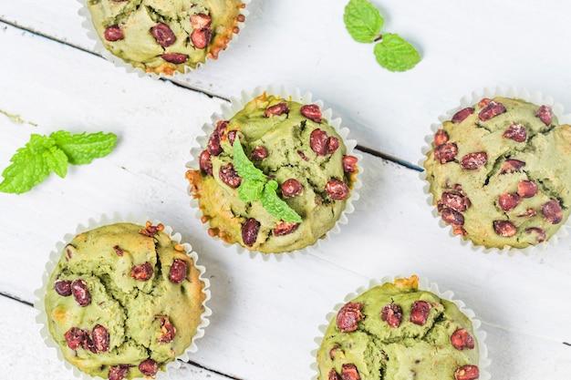 Gâteau au muffin à thé essuyant du miel Photo gratuit