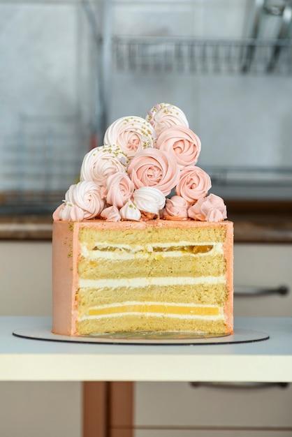Gâteau D'auteurs Composé De Génoises Fourrées à La Vanille Et Aux Fruits. Décor De Gâteau à La Meringue. Photo Premium