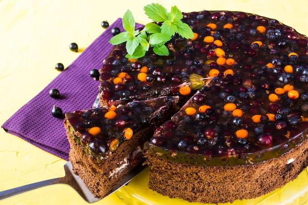 Gâteau aux baies, cassis, gelée sur une serviette violette. dessert. la saint valentin. le jour de la femme. boulangerie Photo Premium
