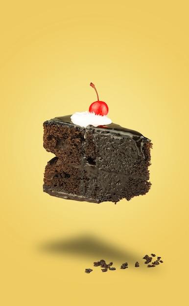 Gâteau aux cerises au chocolat isolé sur fond jaune Photo Premium