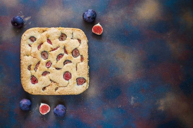 Gâteau aux figues fraîches sur fond noir Photo gratuit