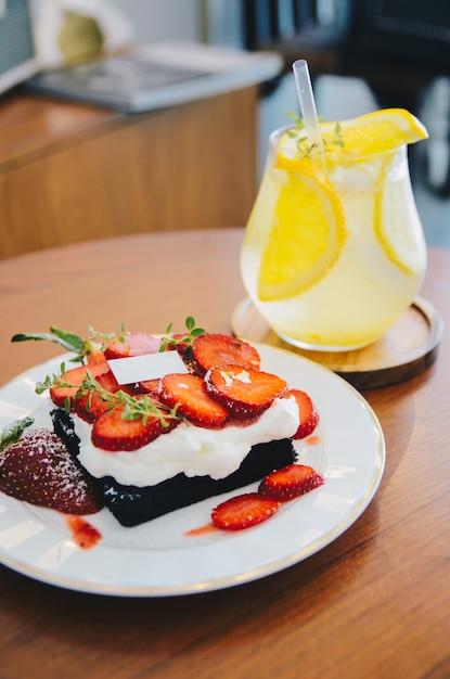 Gâteau aux fraises au citron glacé sur une table en bois Photo Premium