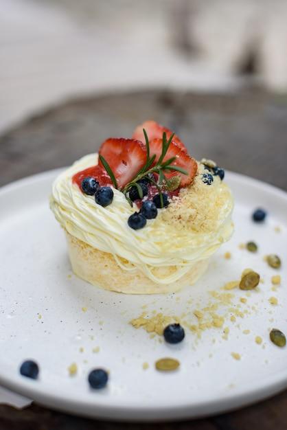 Gâteau aux fraises et aux myrtilles avec graines de citrouille Photo Premium