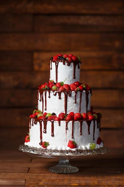 Gâteau aux fraises sur un bois Photo Premium