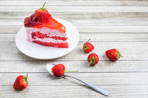 Gâteau aux fraises sur une table en bois Photo Premium