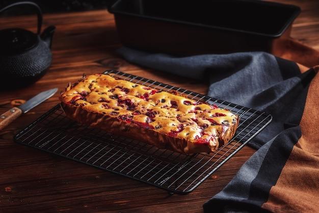 Gâteau Aux Framboises Délicieux Fait Maison Frais Sur Une Grille De Refroidissement Noire Photo Premium