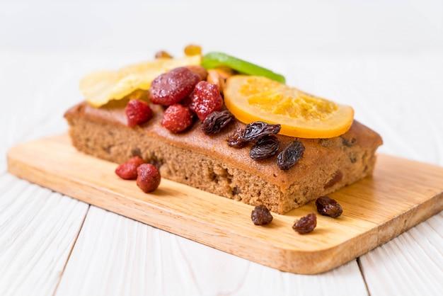 Gâteau aux fruits sur bois Photo Premium
