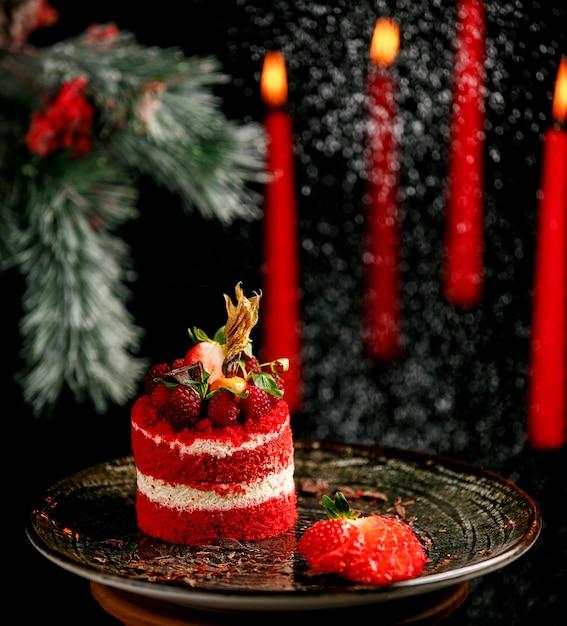 Gâteau Aux Fruits Avec Des Fraises Dans L'assiette Photo gratuit
