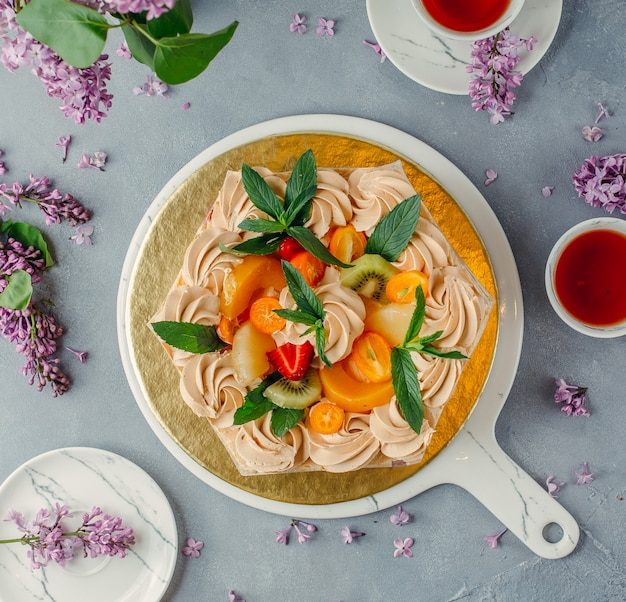 Gâteau aux fruits sur la plaque sur la table Photo gratuit