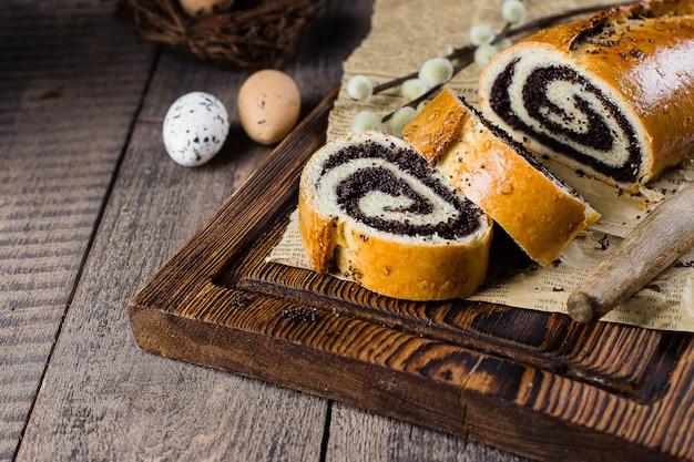 Gâteau aux graines de pavot sur la table de pâques en bois. Photo Premium