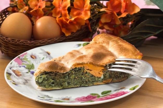 Gâteau aux légumes avec oeuf-torta pasqualina Photo Premium