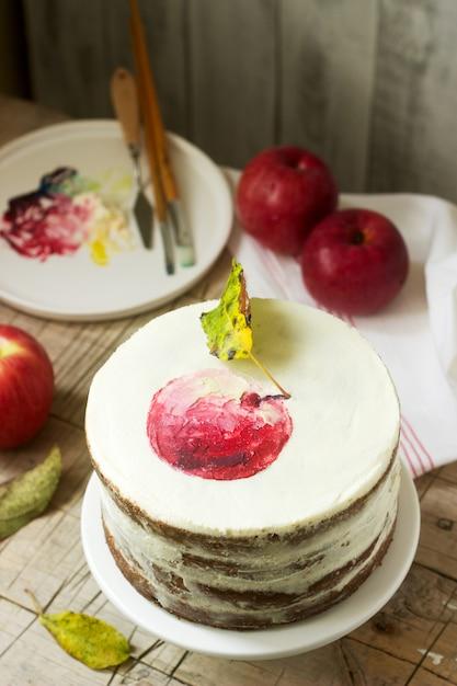 Gâteau aux pommes à la crème, décoré avec des pommes peintes Photo Premium