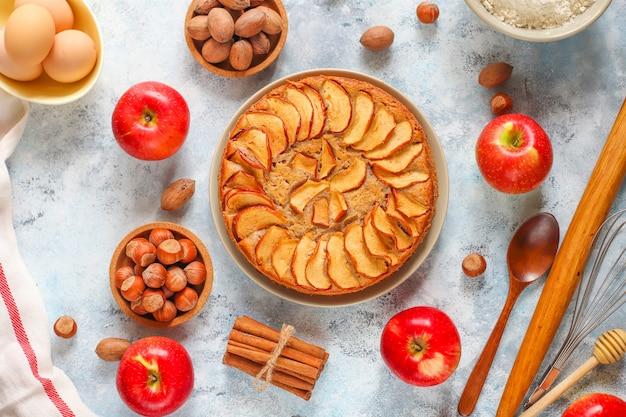 Gâteau aux pommes fait maison à la cannelle Photo gratuit