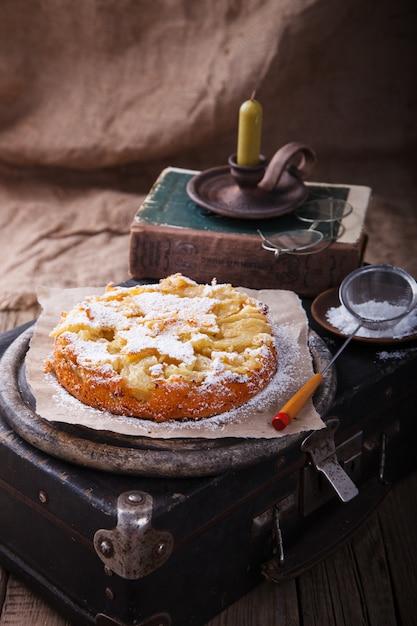 Gâteau Aux Pommes Sur Une Valise Vintage Au Sucre En Poudre Photo Premium