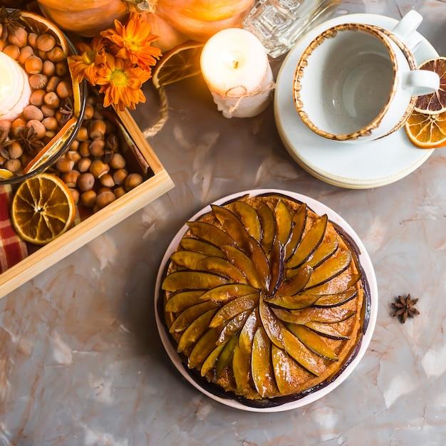 Gâteau aux prunes décoré avec des prunes tranchées Photo Premium