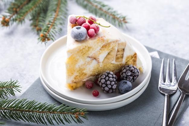 Gâteau Biscuit De Noël Avec Des Canneberges Et Des Décorations Du Nouvel An Sur Un. Photo Premium