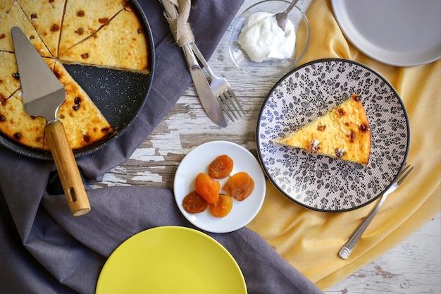 Gâteau Caillé Sur La Table De La Cuisine Photo Premium