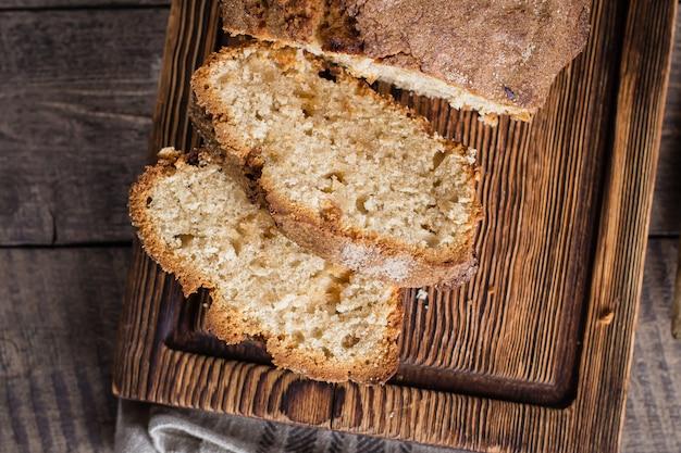 Gâteau à la cannelle fait maison sur une planche en bois rustique sur la table de fond Photo Premium