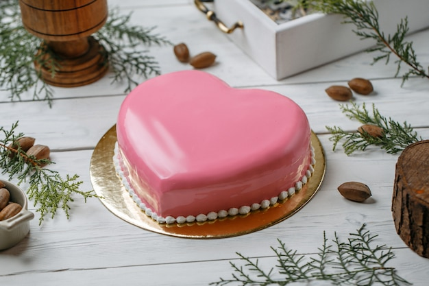 Gâteau coeur rose sur la table Photo gratuit