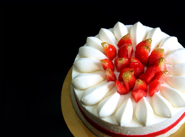 Gâteau court vanille fraise fraise alléchante isolée sur fond noir Photo Premium