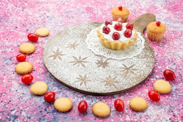 Gâteau à La Crème Vue De Face Avec Des Fruits Rouges Et Des Fils De Cookie Le Sucre De Surface Violet Photo gratuit