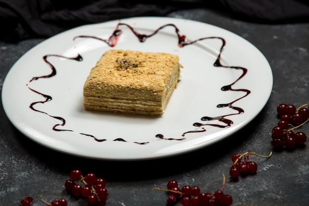 Gâteau crémeux garni de noix Photo gratuit