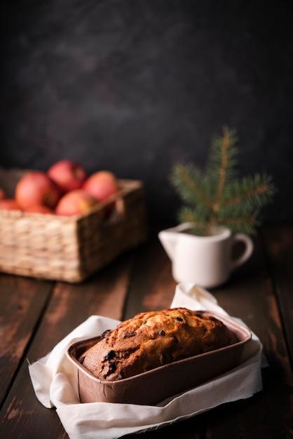 Gâteau Dans Une Casserole Avec Un Panier De Pommes Photo gratuit