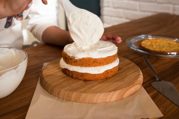 Gâteau de décoration à la crème Photo gratuit