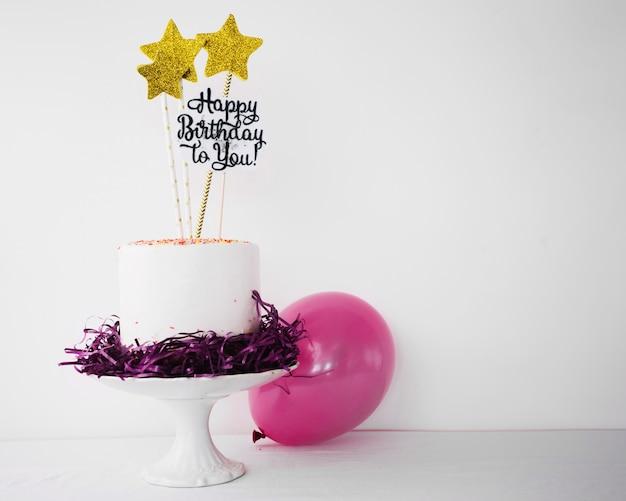 Gâteau décoré et ballon Photo gratuit