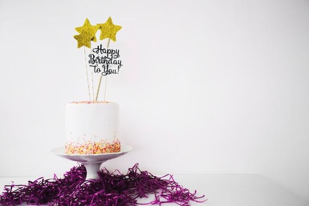 Gâteau décoré dans le bouquet de clinquant Photo gratuit