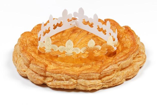 Gâteau épiphanie Et Couronne Isolé Sur Espace Blanc Photo gratuit