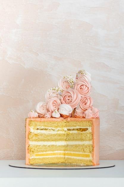 Gâteau éponge En Couches Avec Décoration Design. Gâteau D'anniversaire, Anniversaire De Mariage. Photo Premium