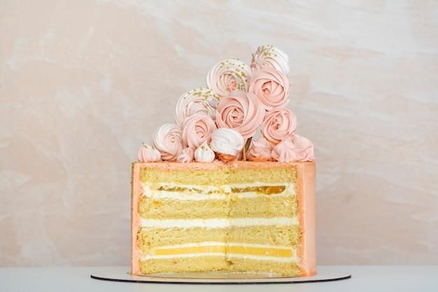 Gâteau éponge En Couches Avec Une Décoration Tendre. Gâteau D'anniversaire. Photo Premium