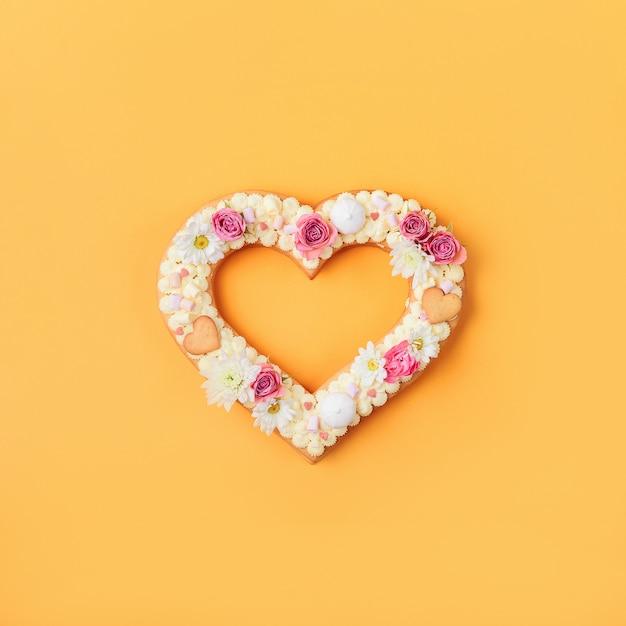 Gâteau En Forme De Coeur Saint Valentin Avec Des Fleurs Comme Décoration. Photo Premium