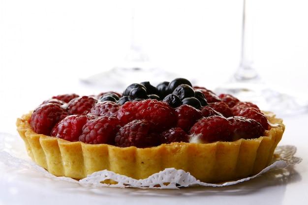 Gâteau frais aux myrtilles et framboises Photo gratuit