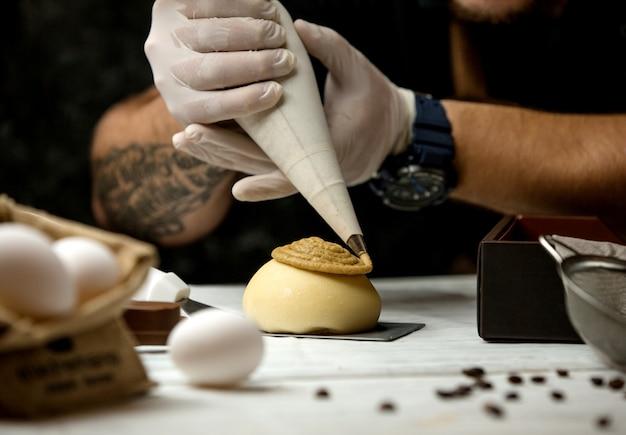 Gâteau garni de crème brûlée Photo gratuit