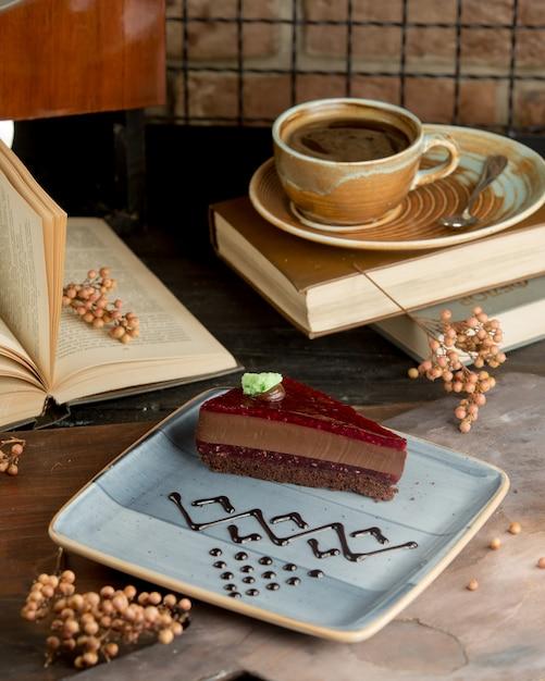 Gâteau gâteau au chocolat avec confiture de framboises Photo gratuit