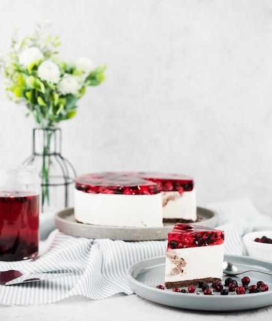 Gâteau De Gelée Avec Arrangement De Fleurs Photo gratuit