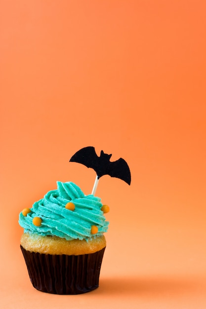 Gâteau d'halloween sur orange Photo Premium