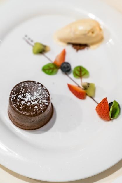 Gâteau de lave au chocolat Photo Premium