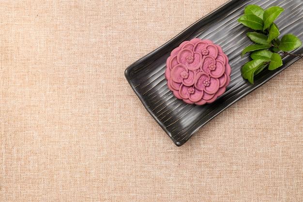 Gâteau lune violet japonais à l'igname Photo Premium