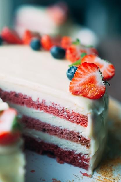 Gâteau Macro Focus Sélectif Avec Baies Et Glaçage Blanc Photo Premium