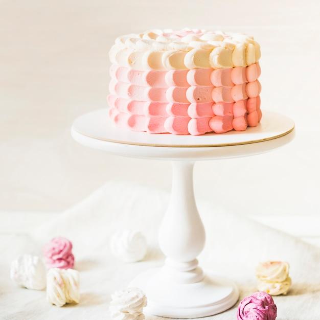 Gâteau magnifiquement décoré sur le gâteau Photo gratuit